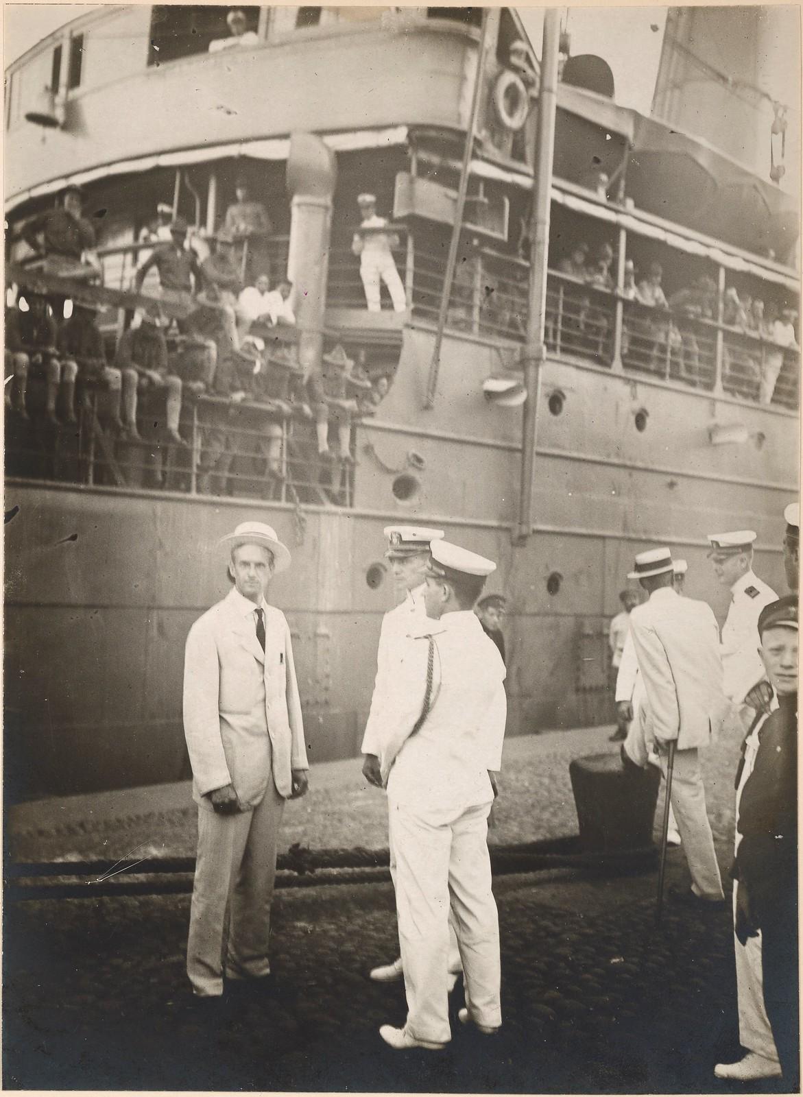 1918. Американский генеральный консул во Владивостоке встречает первый транспорт с американскими войсками