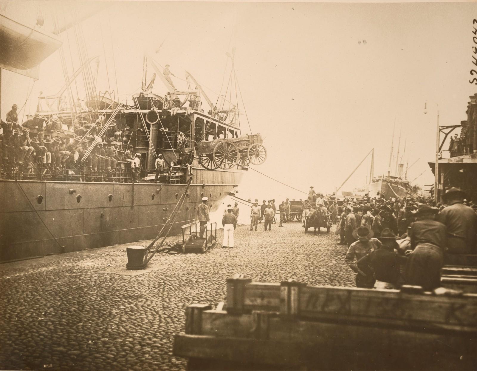 1918. Выгрузка солдат и техники с первого американского транспортного корабля U.S.A.T. «Warren». 11 августа