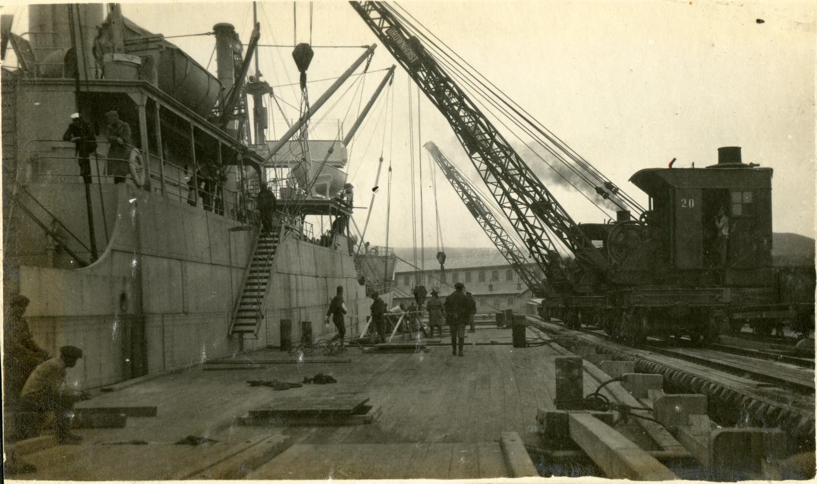 1918. Разгрузка транспортного корабля U.S.A.T. «Crook», прибывшего во Владивосток 11 августа.