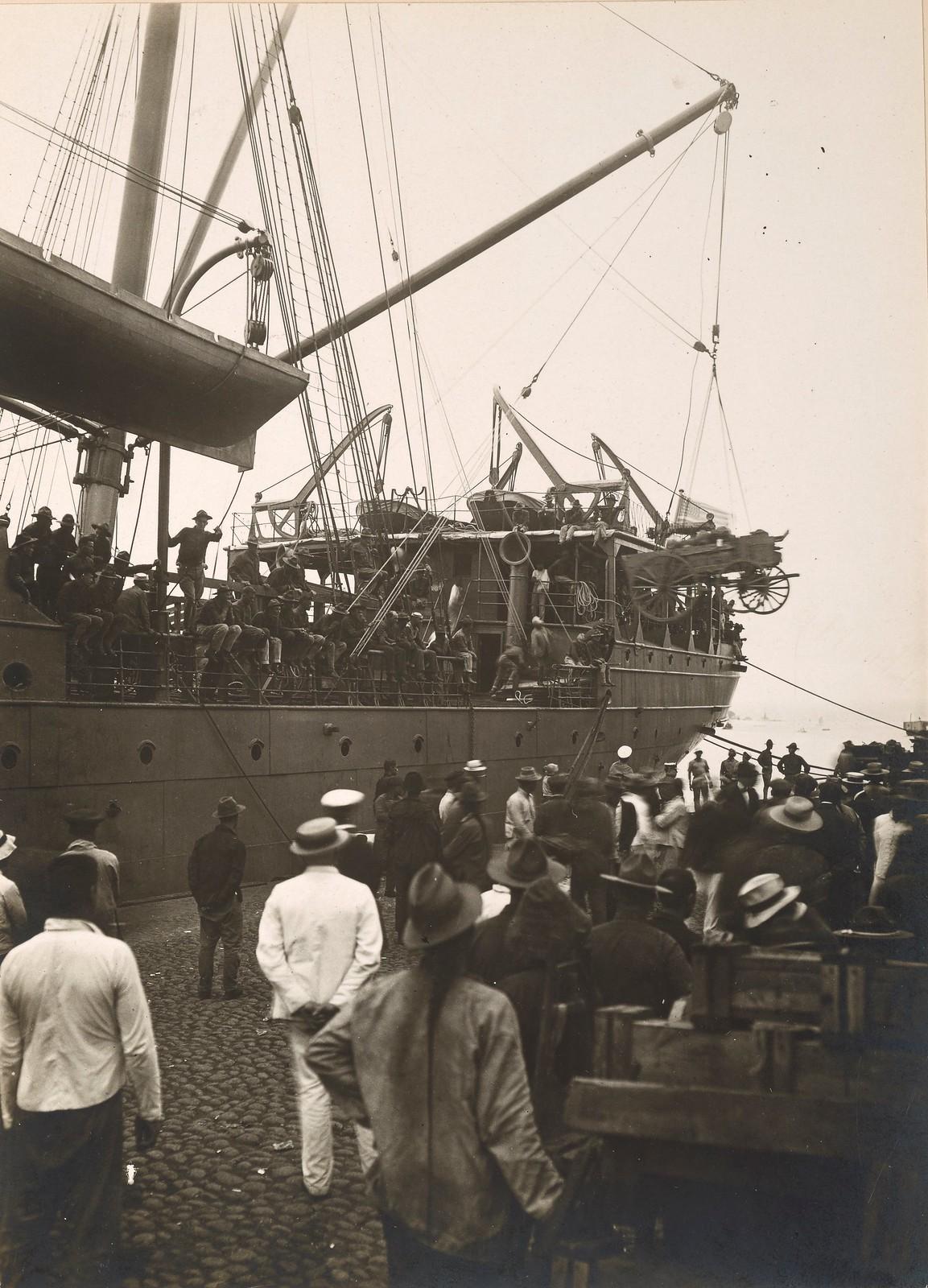 07. 1918. Зеваки наблюдают за разгрузкой транспортного корабля U.S.A.T. «Crook». Август