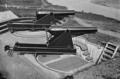 Battery Rodgers Alexandria, Virginia showing a 15-inch Rodman gun mounted on a center-pintle barbette carriage (rear) and an 8-inch (200-pounder) Parrott rifle mounted on a front-pintle barbette carriage (front). The
