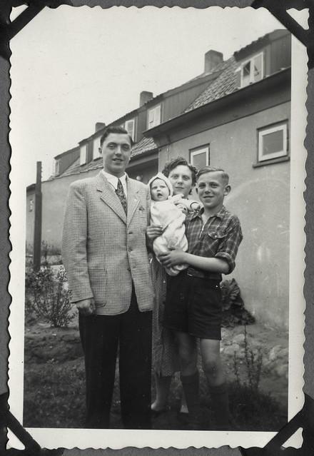 Album E18  Im Vorgarten, Juni 1952
