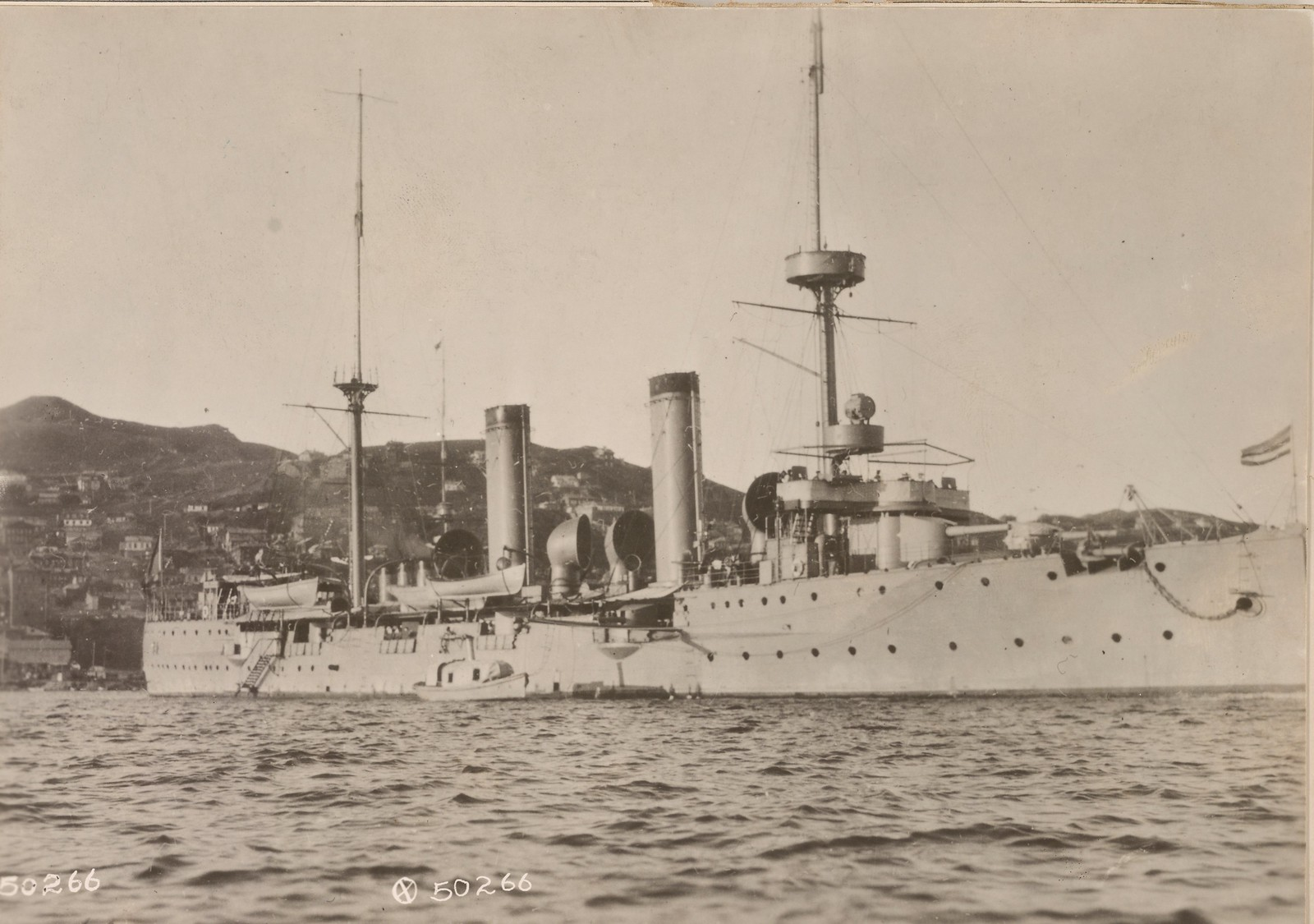 1918. Китайский крейсер «Хайжун» в гавани Владивостока