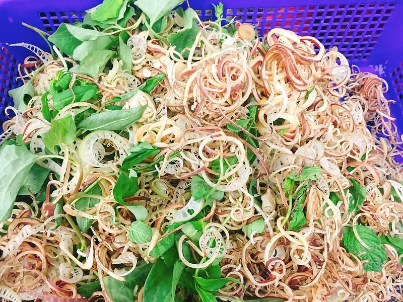 芭蕉,東南亞各國常使用芭蕉葉包各式鹹甜小點,緬甸街魚湯裡會加入芭蕉假莖,越南番茄螃蟹米線上也會加芭蕉花絲,忠貞市場所販售辣炒芭蕉花,使用真正芭蕉的管狀花朵,圖為用紅色苞片切絲做成生菜沙拉。圖片提供:麥浩斯