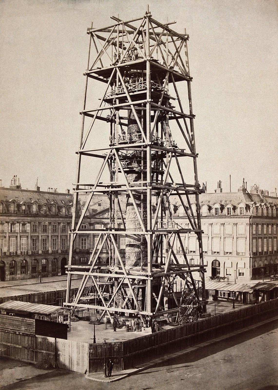 Вандомская колонна, разрушенная в 1871 году и перестроенная между 1873-1874, во время реконструкции окружена лесами