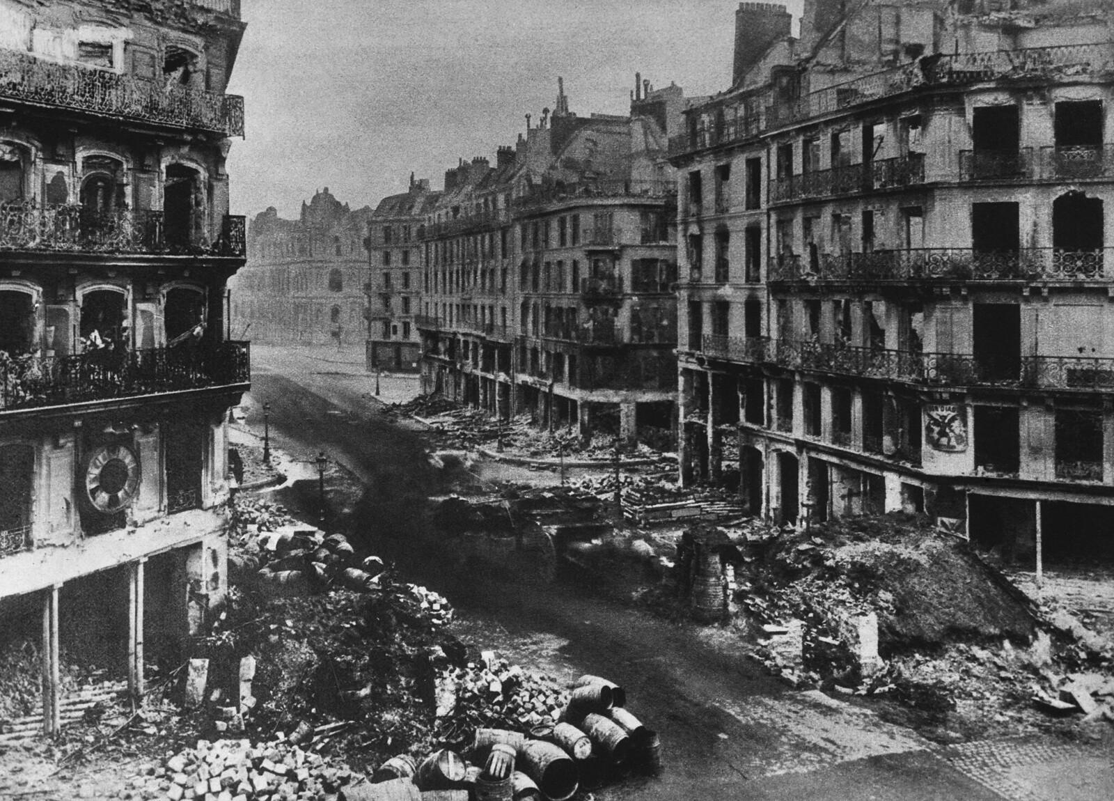 Разрушения на улице Риволи в Париже после недели боев между версальской армией и коммунарами