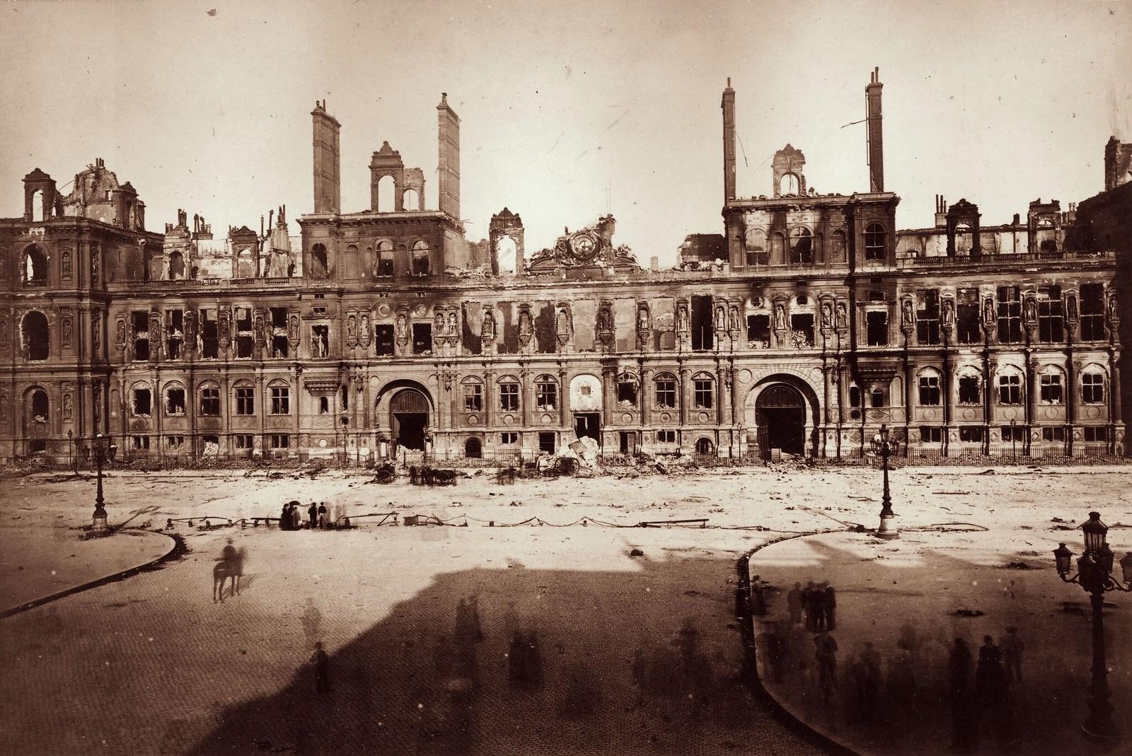 Разрушенная парижская мэрия