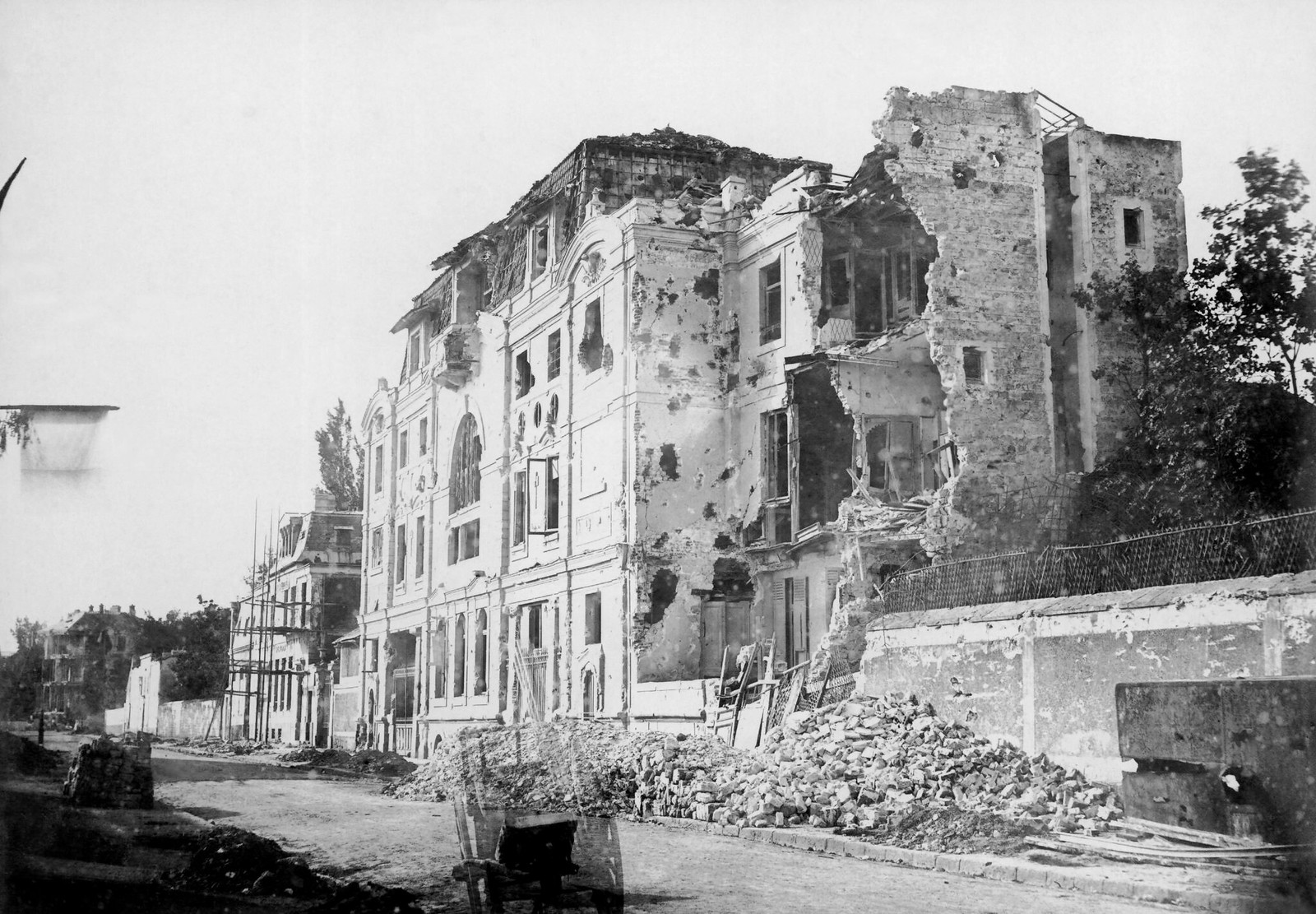 Разрушение, вызванное боевыми действиями между коммунарами и версальскими войсками