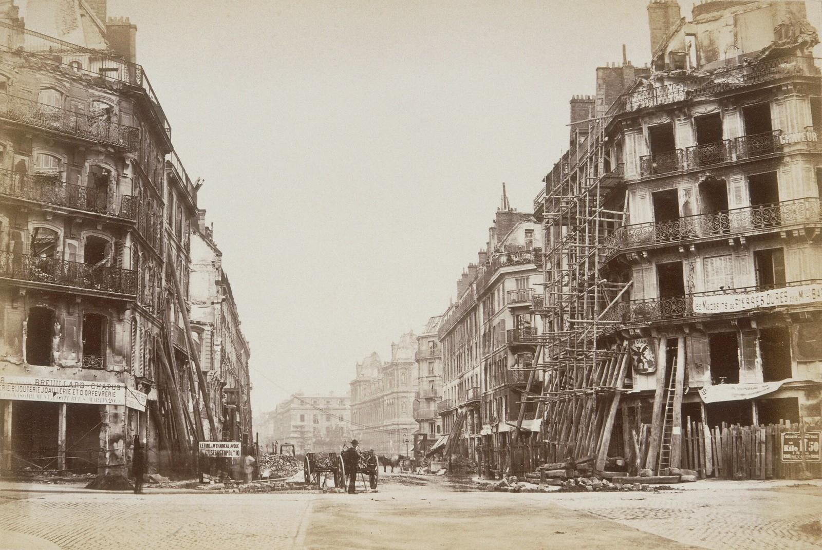 Здания на улице Риволи в Париже сильно пострадали во время восстания Коммуны