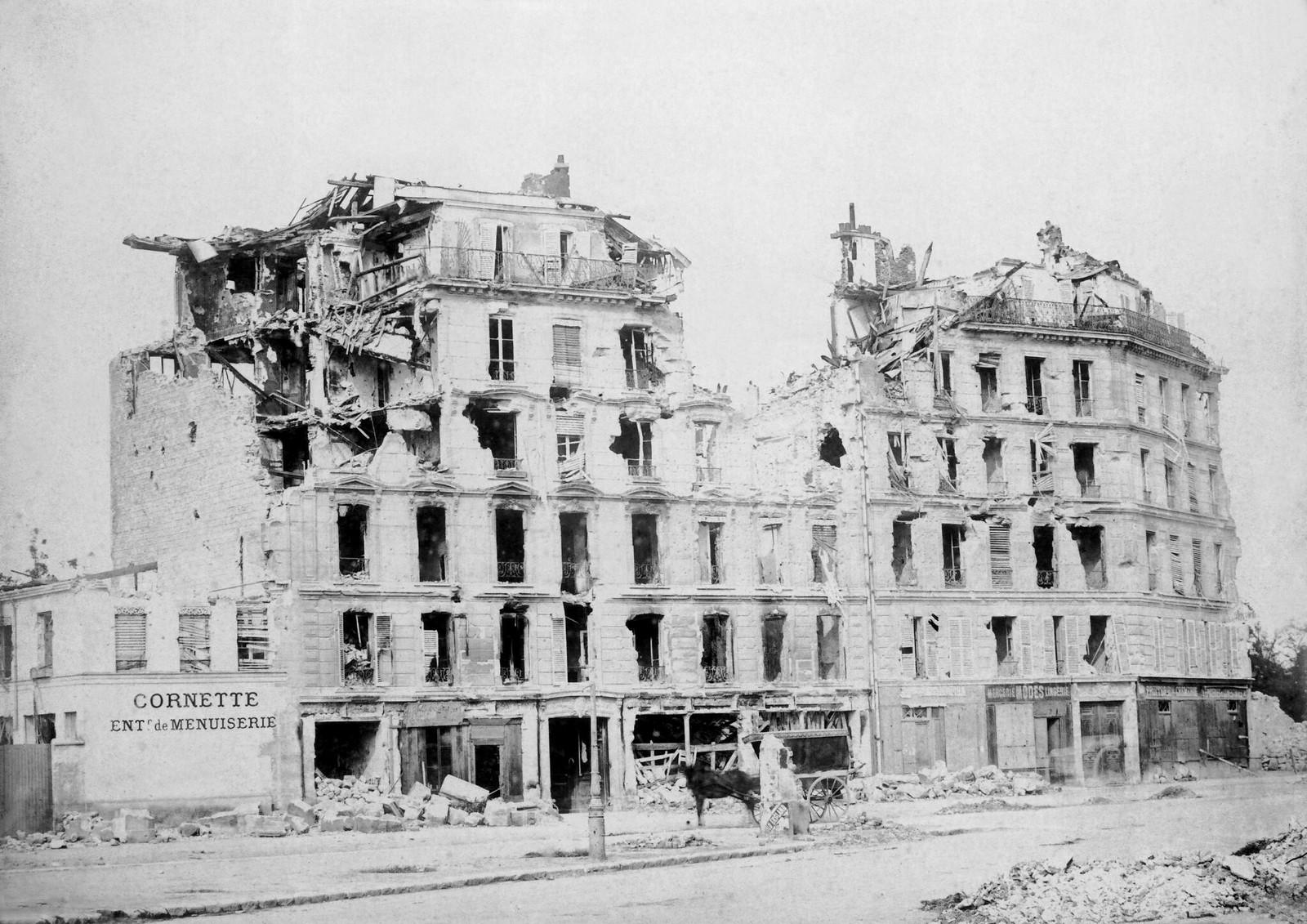 Руины домов, разрушенных пушечными ядрами версальских войск