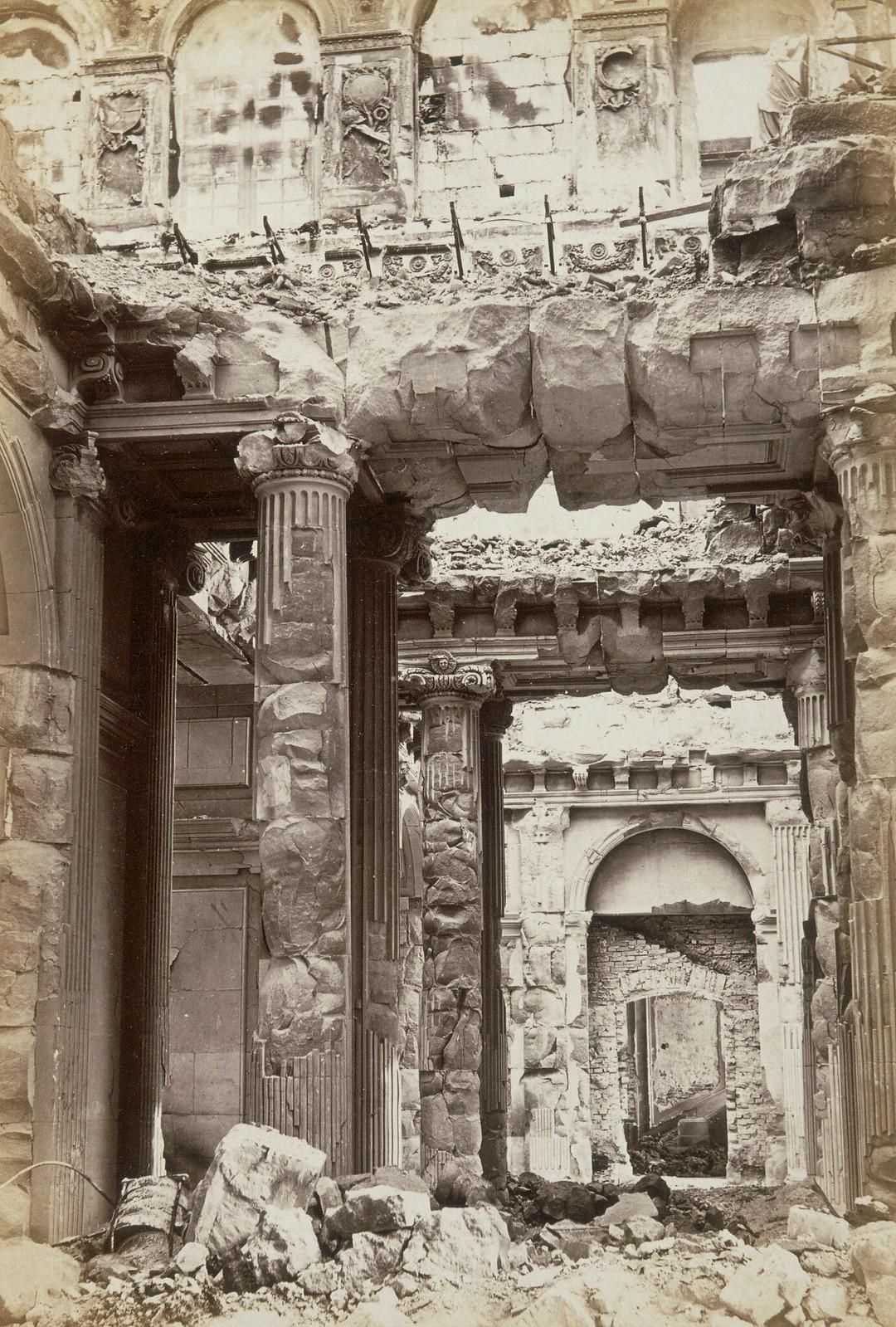Дворец Тюильри, разрушенный во время восстания
