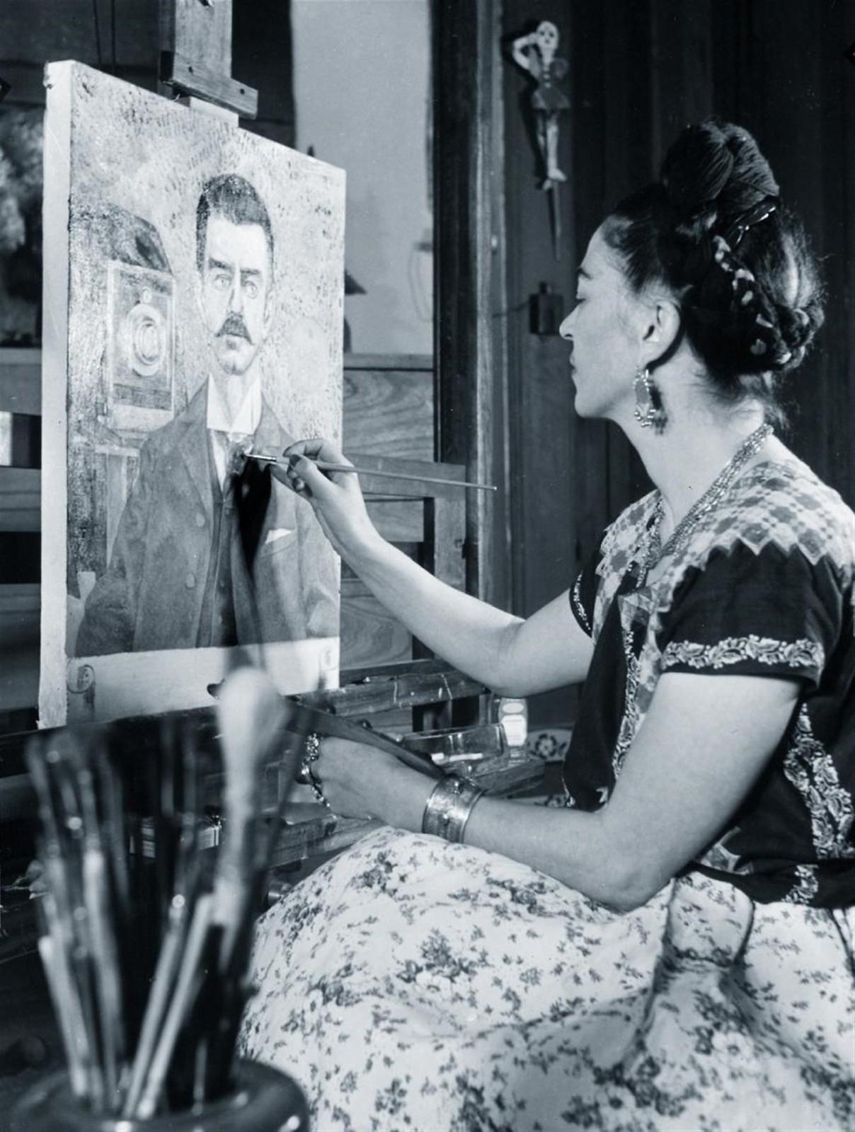 1951. Фрида работает над портретом своего отца Гильермо Кало
