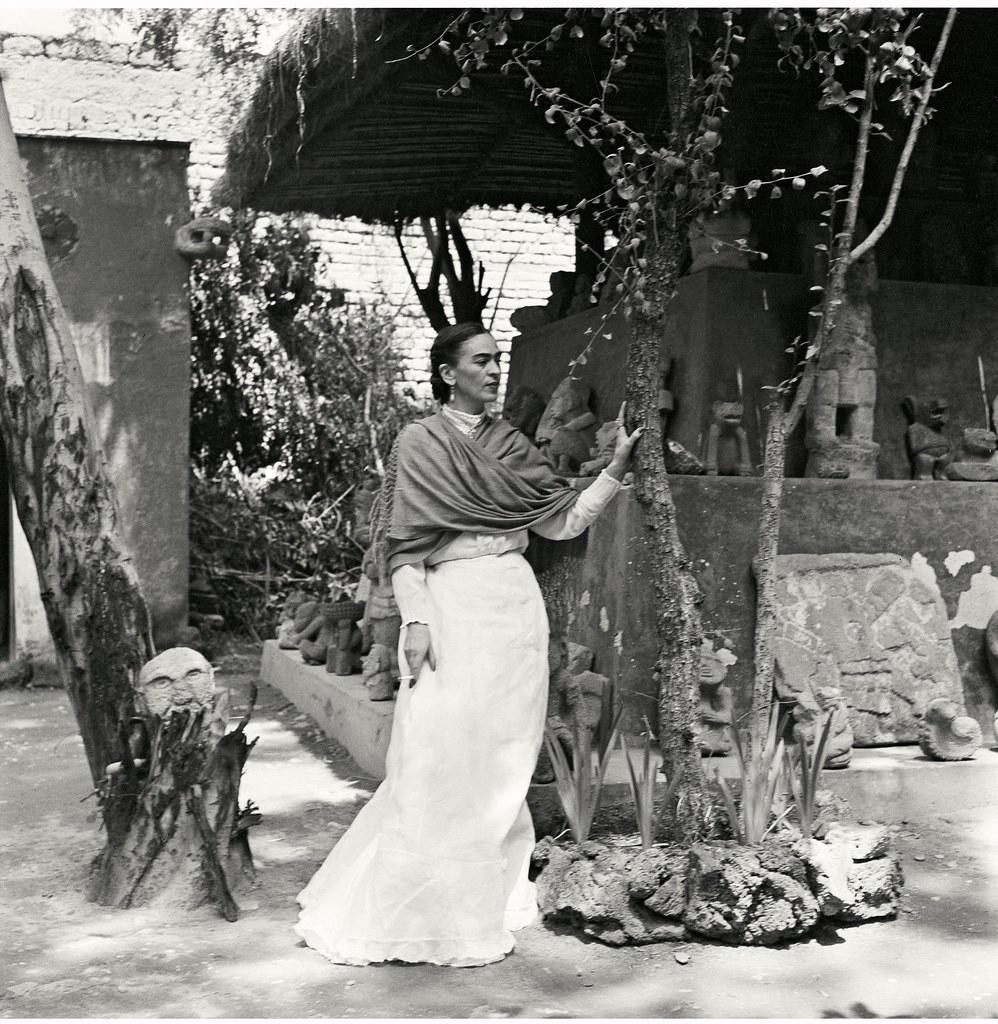 1951. Кало в ее саду.