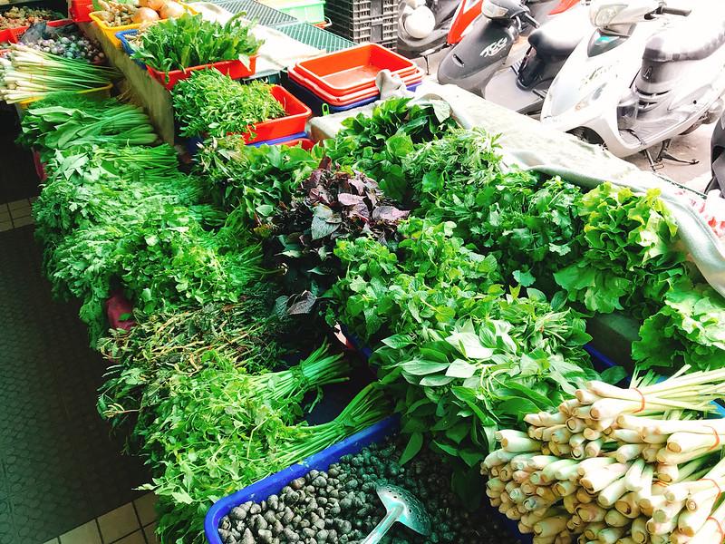 菜市場琳瑯滿目新鮮的東南亞食材,不妨展開好奇心,與攤商互動多認識植物的故事。圖片提供:麥浩斯