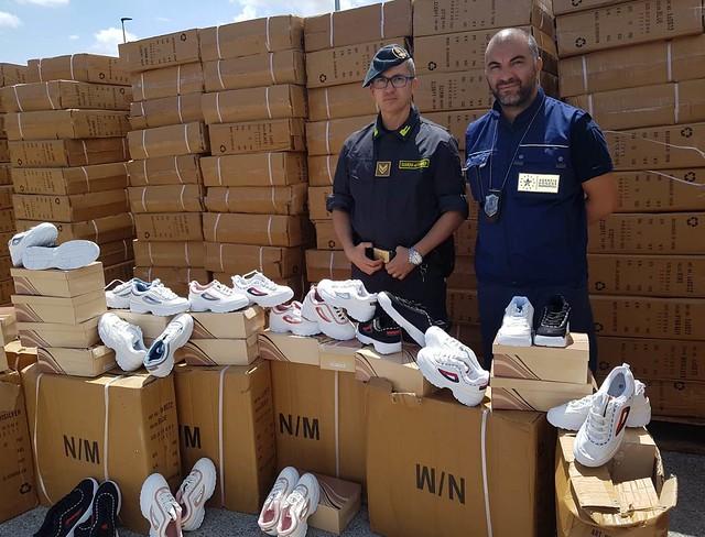 sequestro scarpe contraffatte