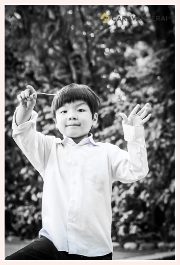 5歳の男の子 モノクロ写真