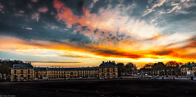 Sunrise over Avenue de Paris from the front courtyard at Versailles Palace, France-4a