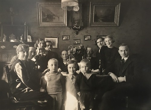 WEALTH AND CONFORMITY * Photo impressions of the 1920s *