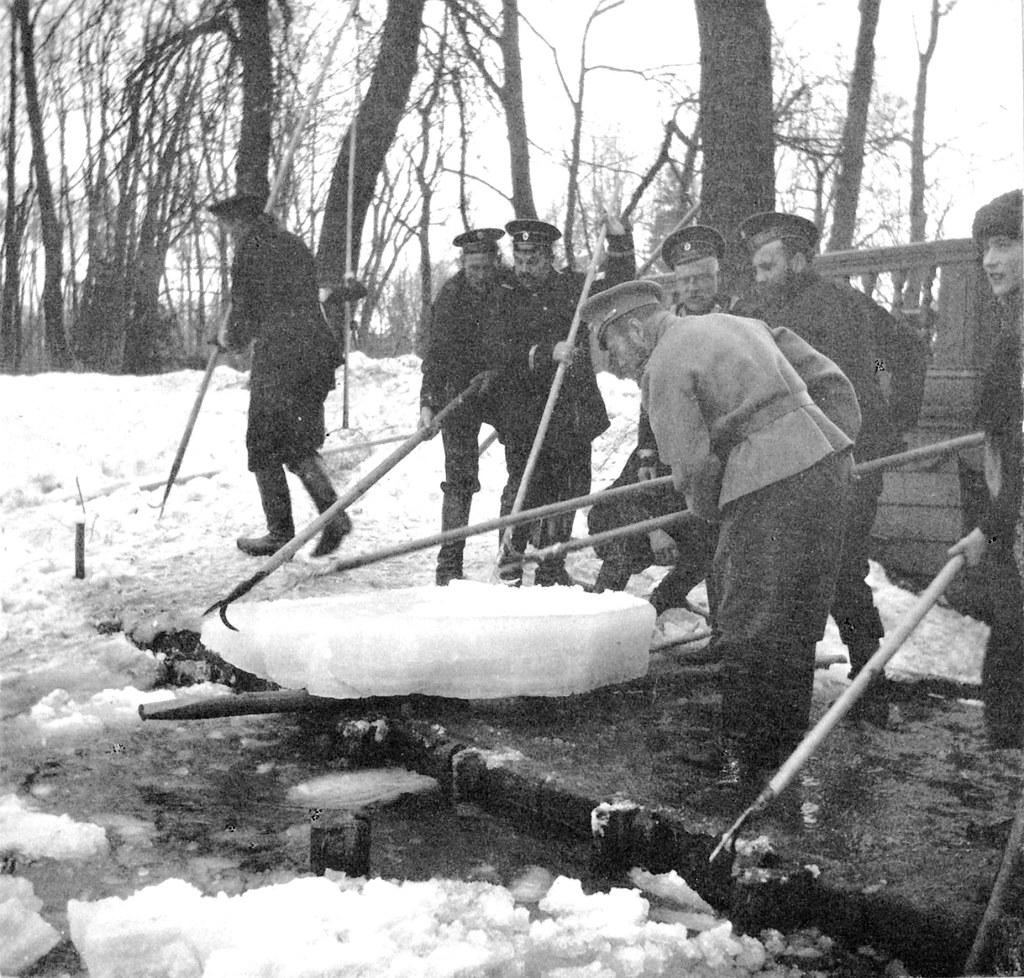1914. Николай II с матросами на плотине пруда. Царское село.