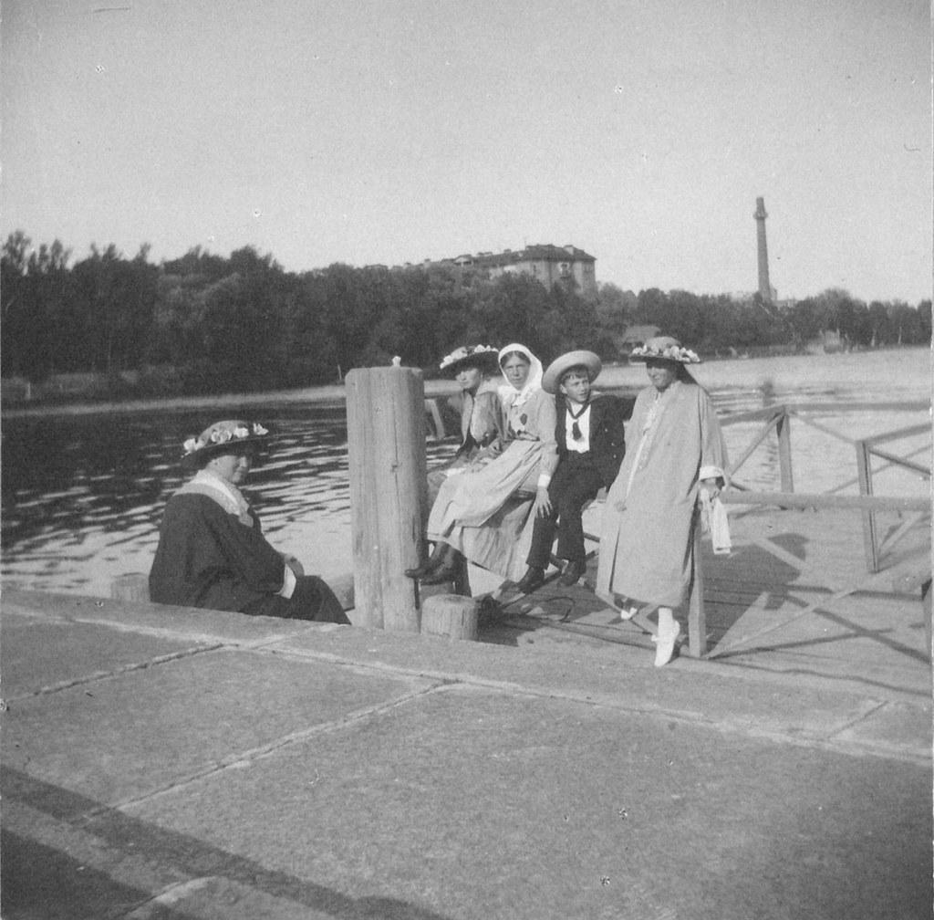 1914. Члены императорской семьи на пристани Елагина дворца