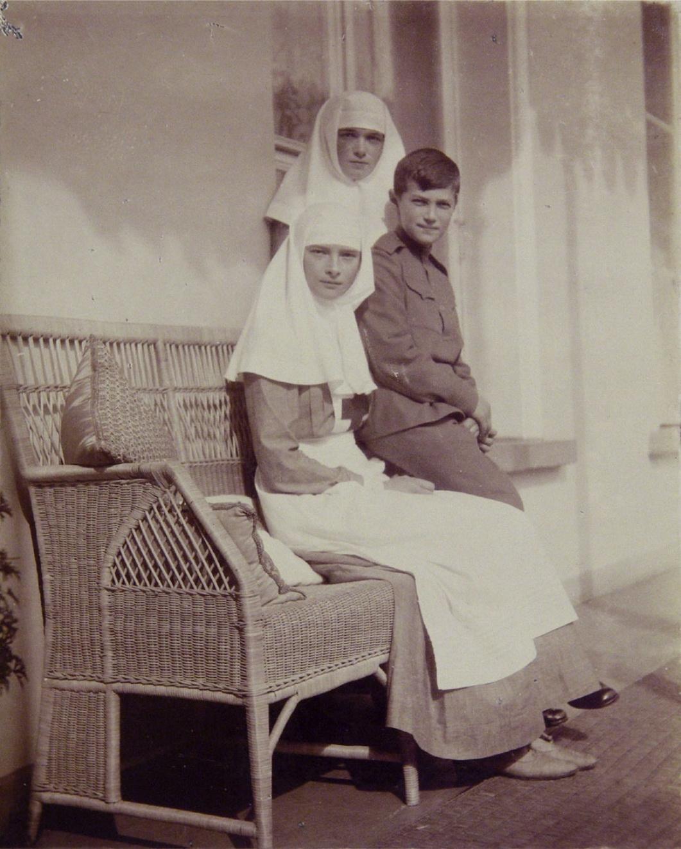 1914. Ольга, Татьяна и Алексей на балконе Александровского дворца. Царское село.