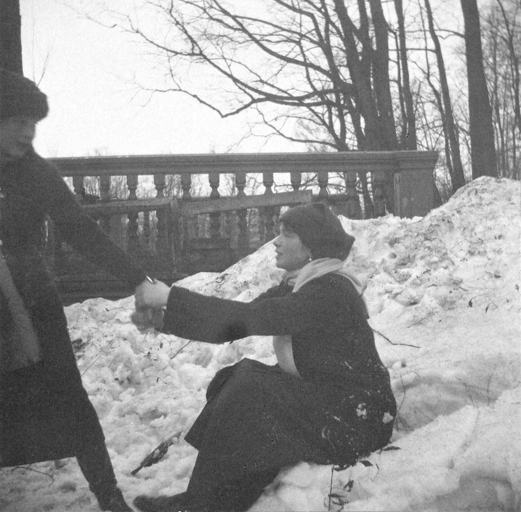 1914. Ольга и Анастасия на берегу пруда. Царское село.