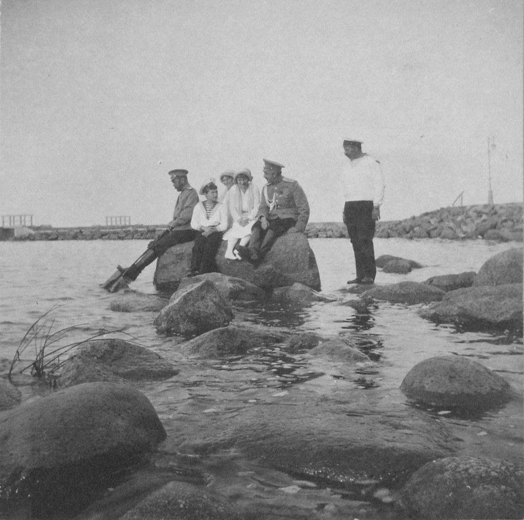1914. Николай II с детьми на берегу залива у Нижней дачи. Петергоф