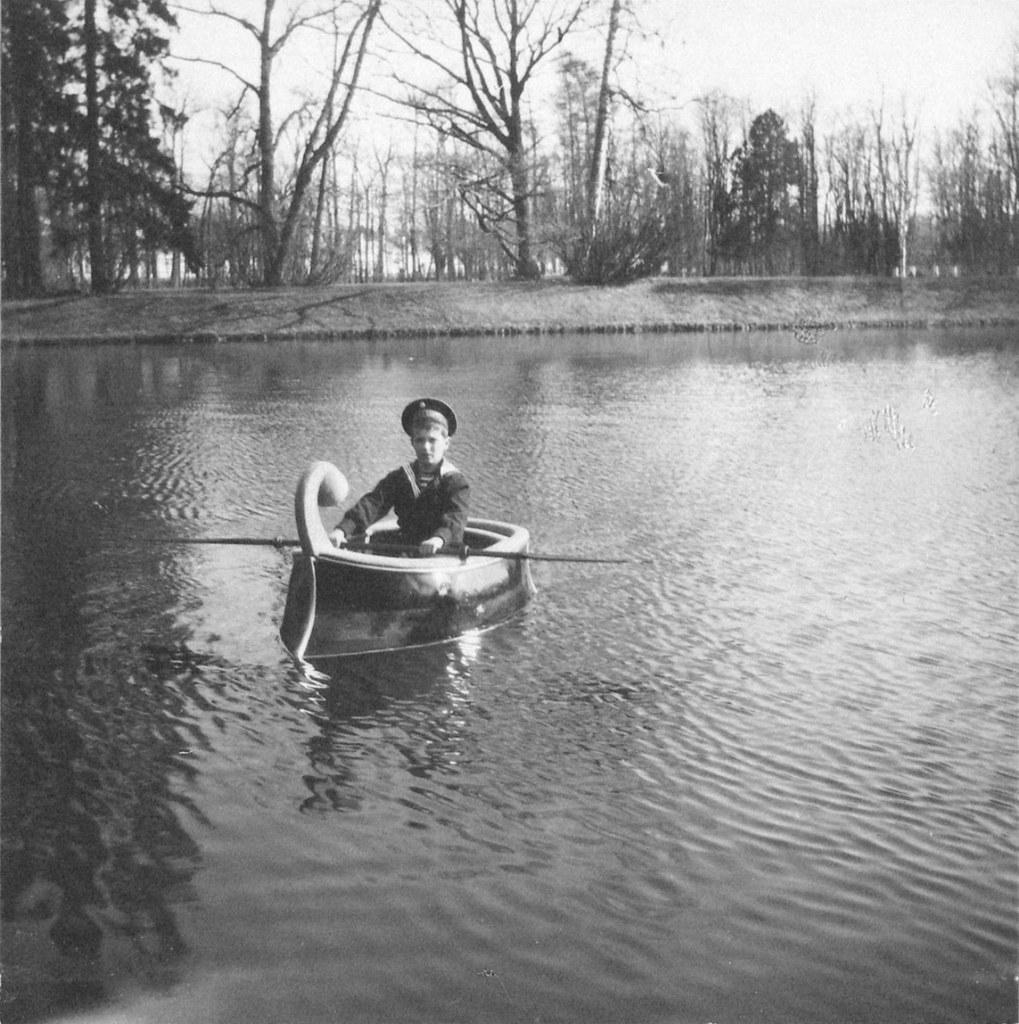 1914. Цесаревич Алексей катается на лодке. Царское село