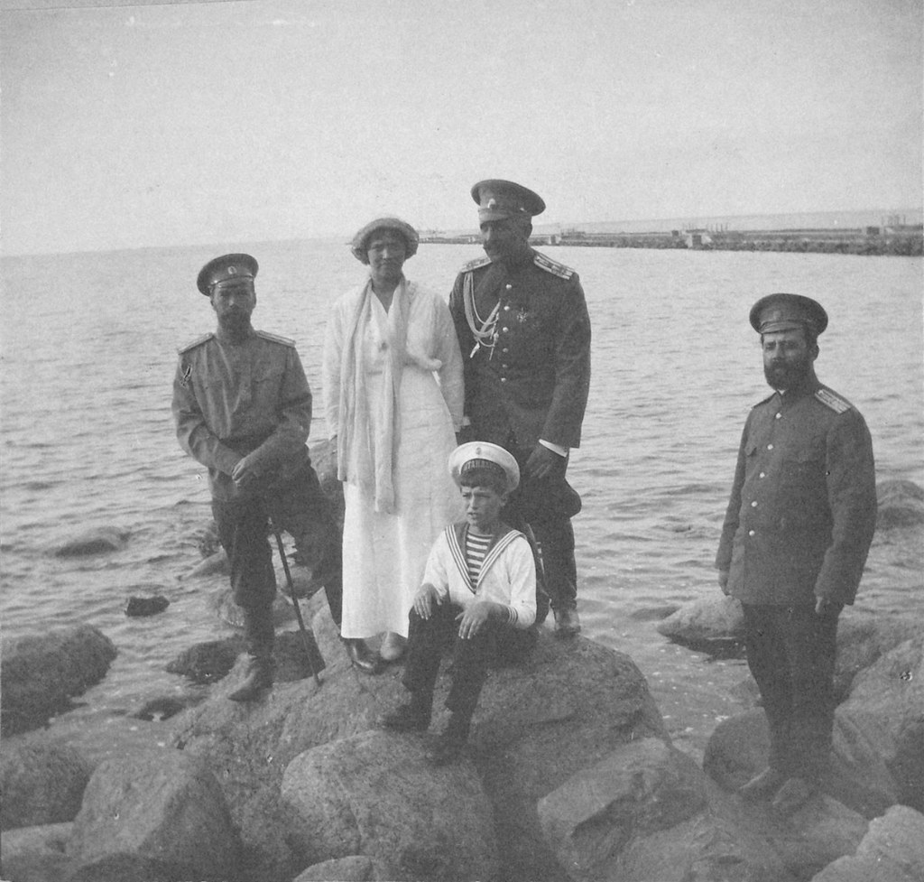 1914. Николай II с детьми на берегу залива у Нижней дачи. Петергоф1