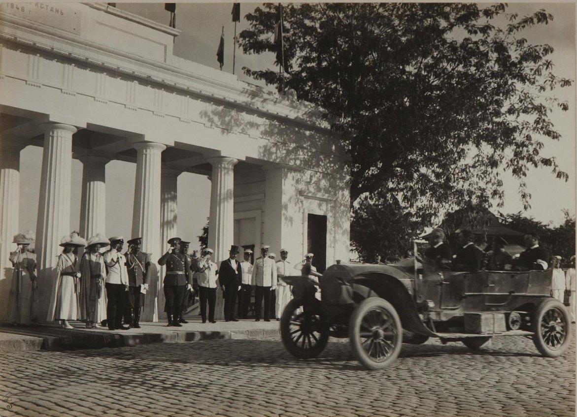 1913. Император Николай II с великими княжнами Ольгой и Татьяной на Графской пристани