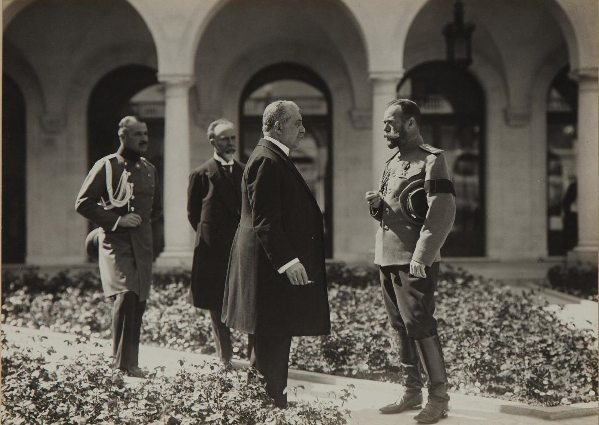 1913. Император Николай II беседует со штатским в Итальянском дворике Ливадийского дворца