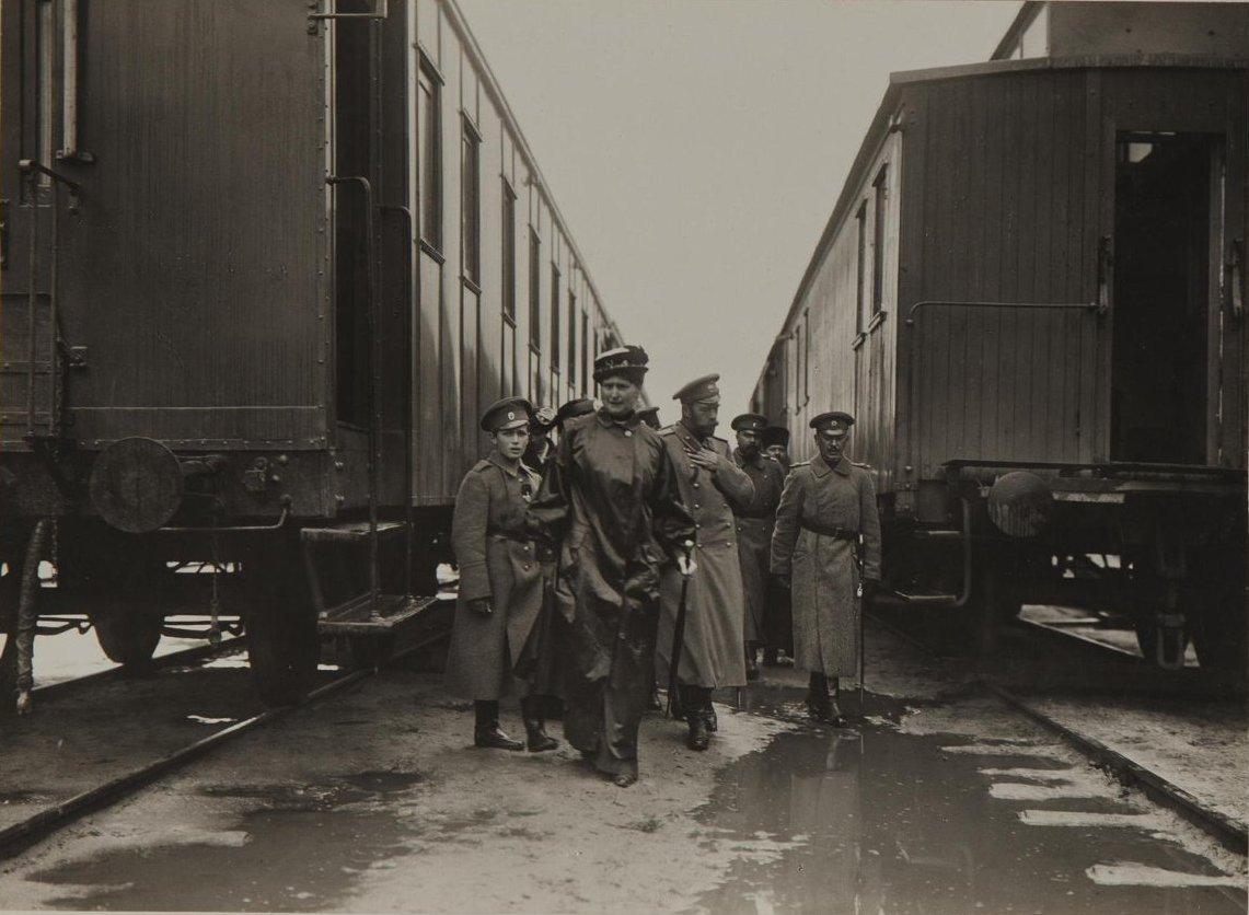 1914. Император Николай II, императрица Александра Фёдоровна с наследником цесаревичем Алексеем по приезде в Ставку в Могилёве