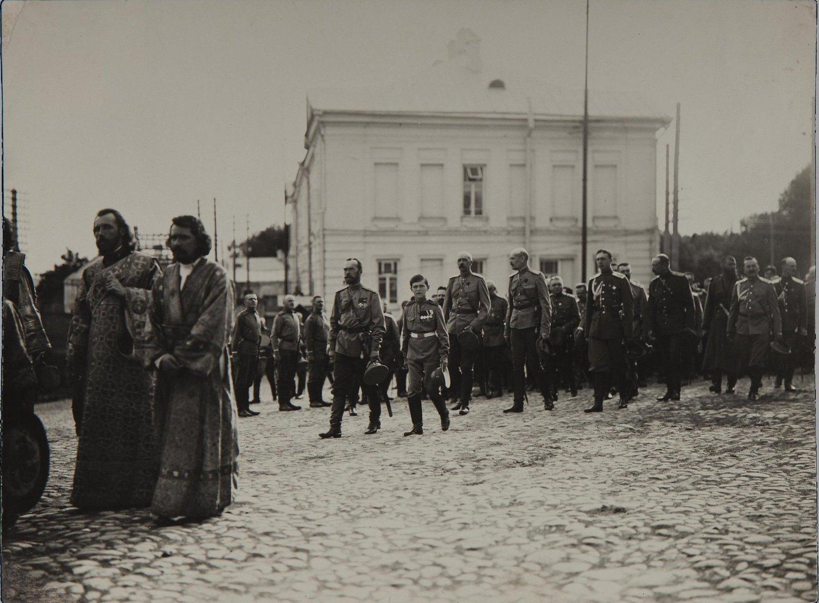 1914. Император Николай II и наследник Алексей Николаевич в сопровождении военных