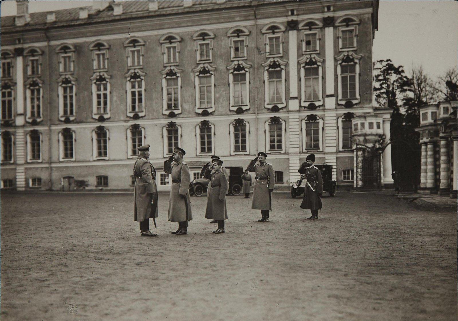1914. Император Николай II с цесаревичем Алексеем Николаевич и группой военных