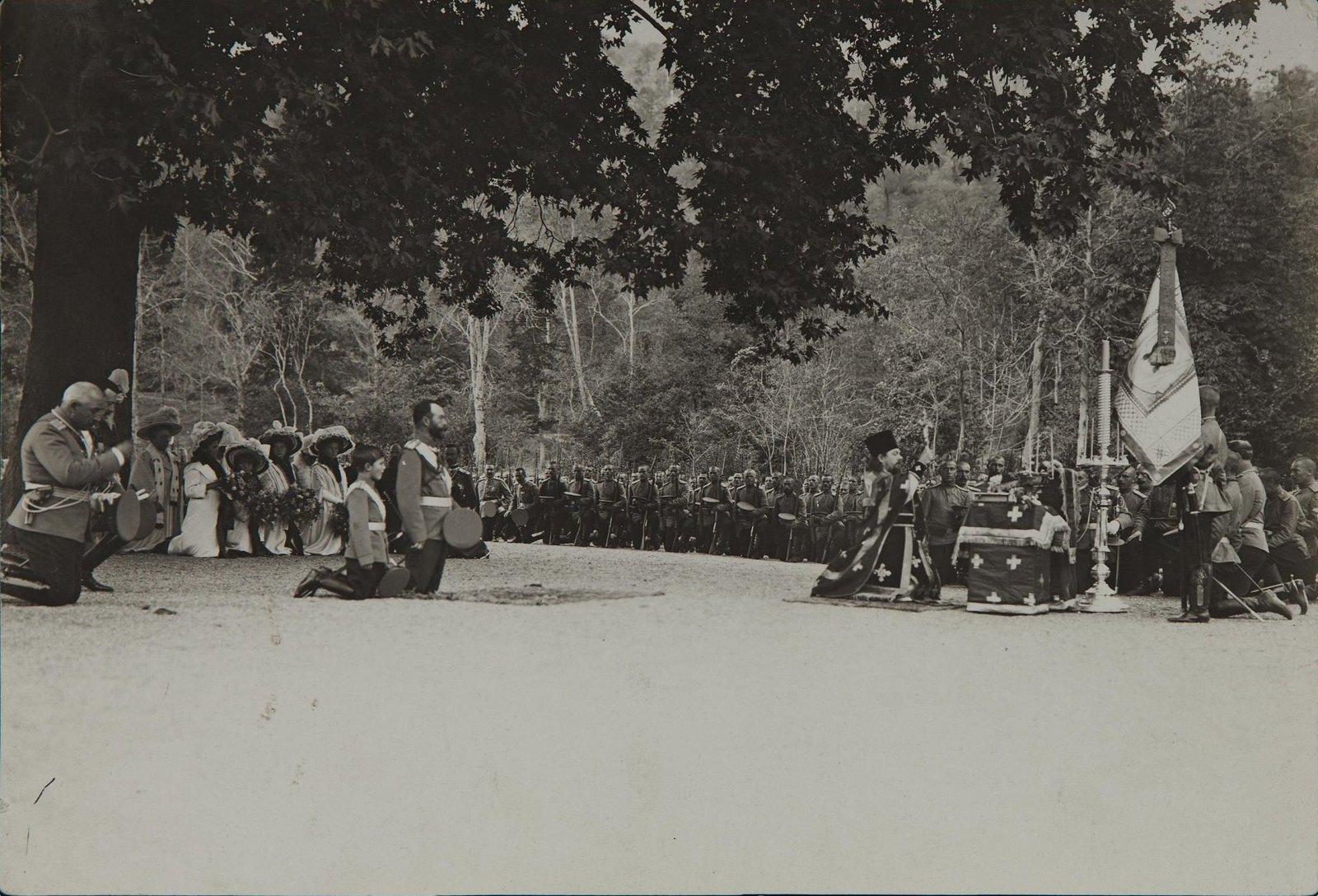 1914. Император Николай II с семьёй и приближёнными на молебне