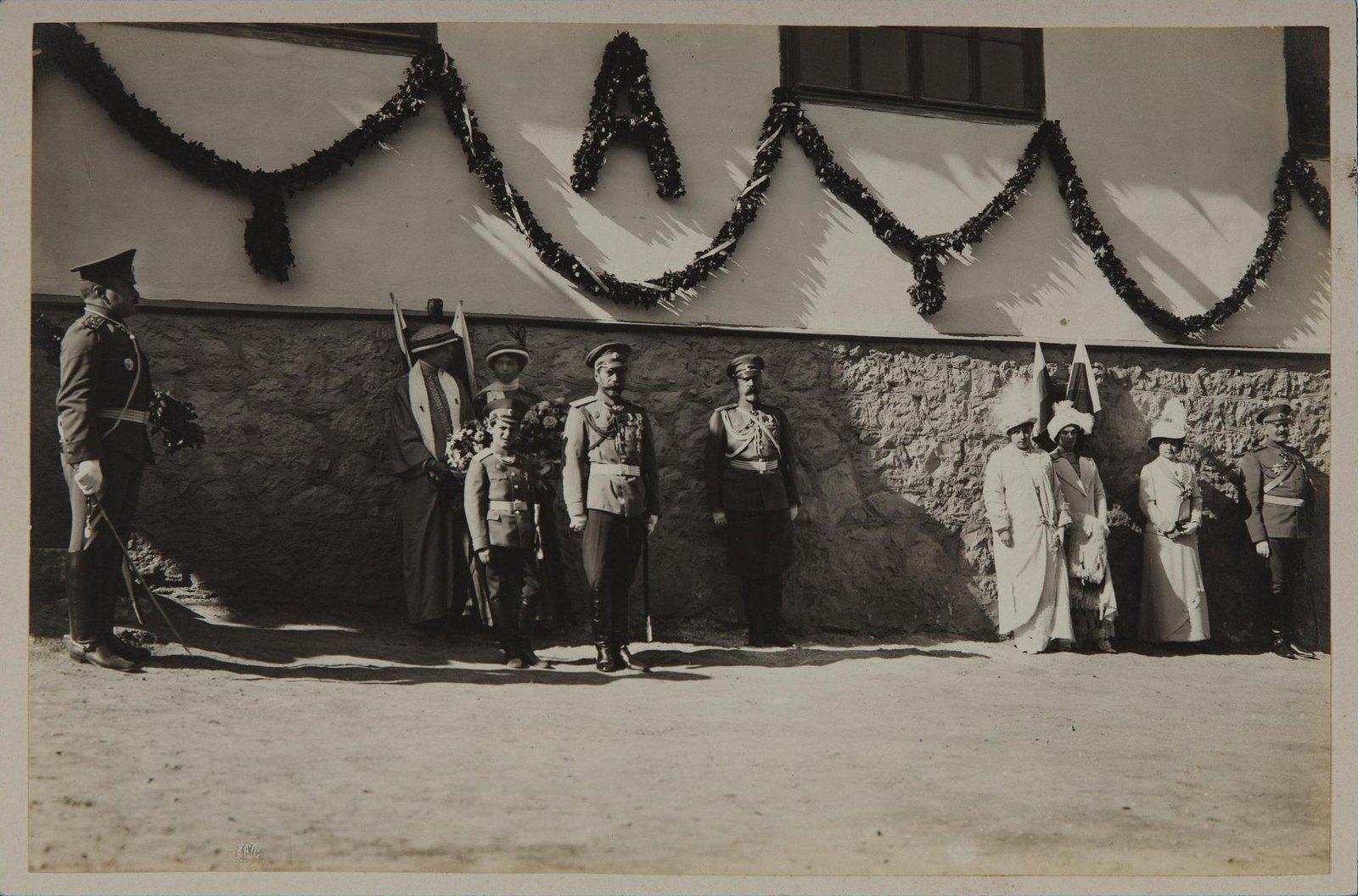 1913. Император Николай II, цесаревич Алексей Николаевич, великие княжны Ольга и Татьяна во время парада