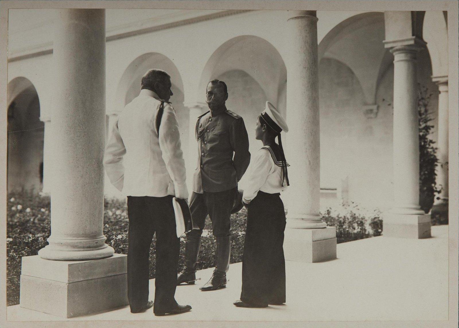 1913. Император Николай II и наследник Алексей во дворе Ливадийского дворца