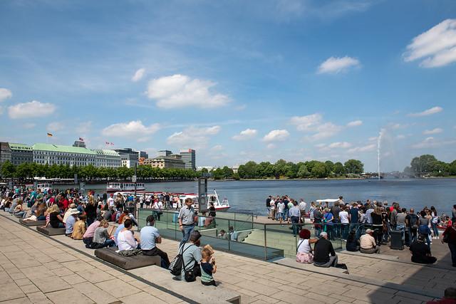 Hamburg - Jungfernstieg mit Binnenalster, Fontäne und Hotel Vier Jahreszeiten