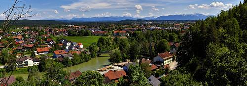Wolfratshausen vor den Bergen