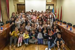 Foto de familia del alumnado ermuarra con los concejales y concejalas del Ayuntamiento.
