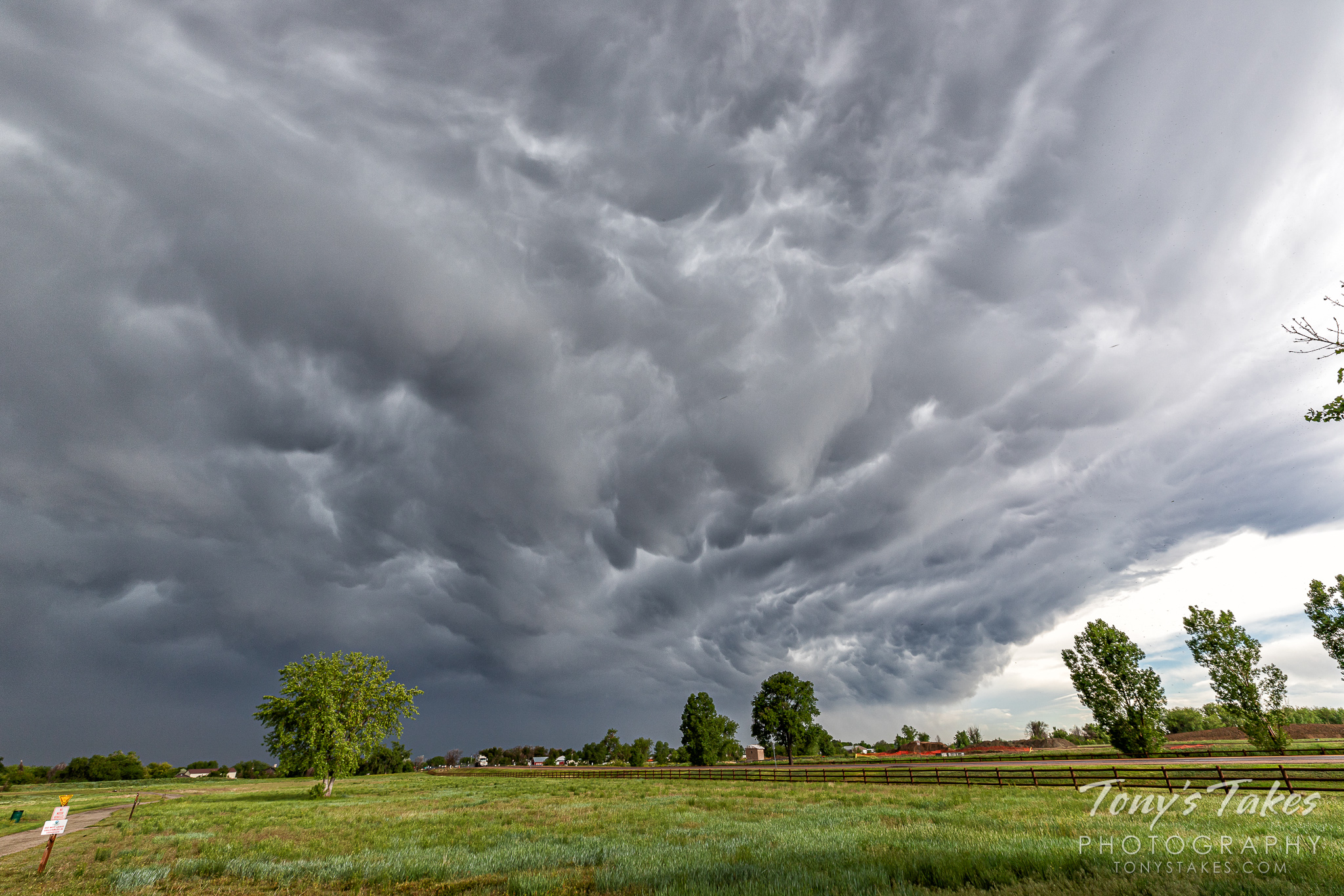 A passing thunderstorm in Adams County, Colorado. (© Tony's Takes)