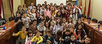 Foto de familia del alumnado ermuarra con la Corporación