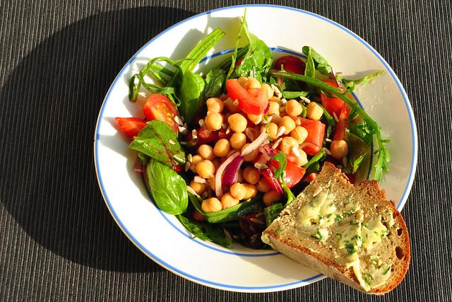 Heißer Sommer: Grüne Salate, Kräuter, Kichererbsen, Tomaten, Zwiebeln und Knoblauch. Dazu ein Bärlauchbutterbrot ... Foto: Brigitte Stolle