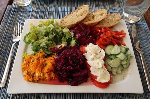 Salatteller mit süßangemachten Romanaherzen, Rote Bete Salat, Paprika-Thymian-Salat, Gurken-Joghurt-Salat, Tomaten mit Mozzarella, Rotkohlsalat und Möhrensalat