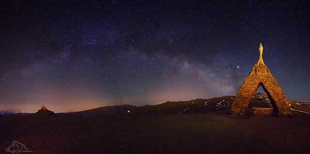 Virgen de la Nieves y Observatorio Monjon de Trigo, con la vía Láctea