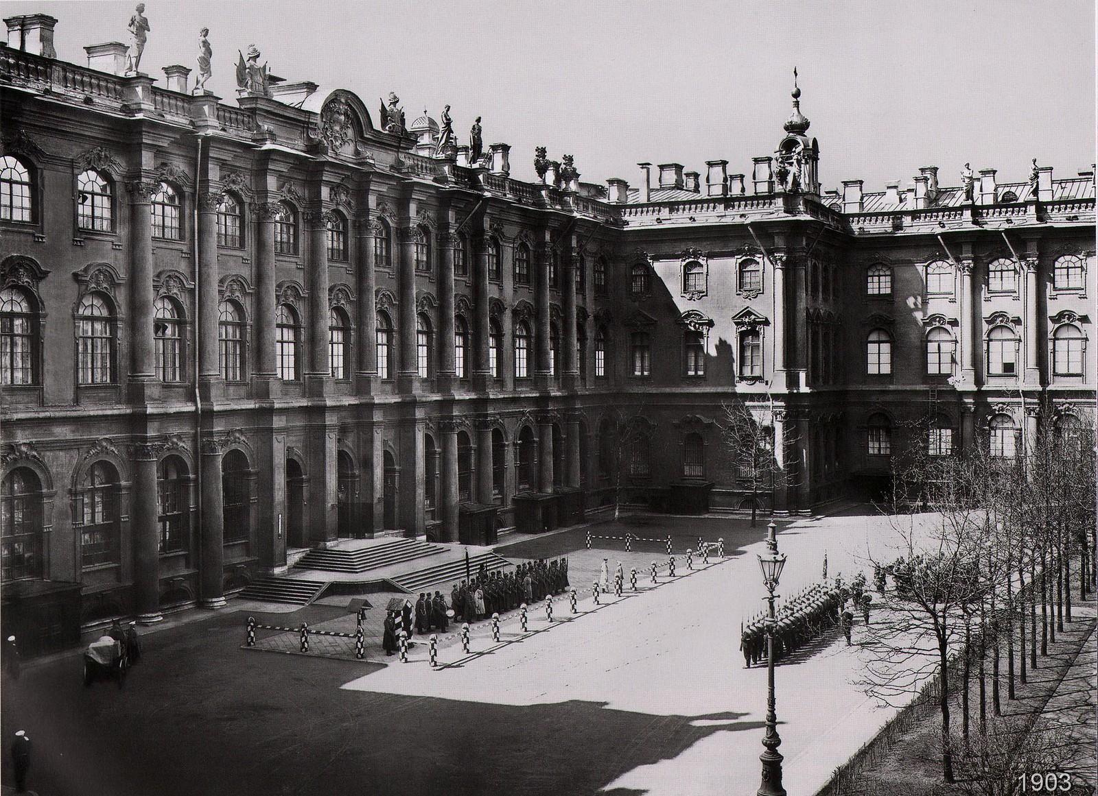 Во дворе Зимнего Дворца