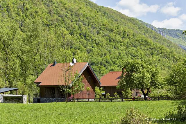 Kućice za odmor na ulazu u selo Goršeti uz rijeku Kupu