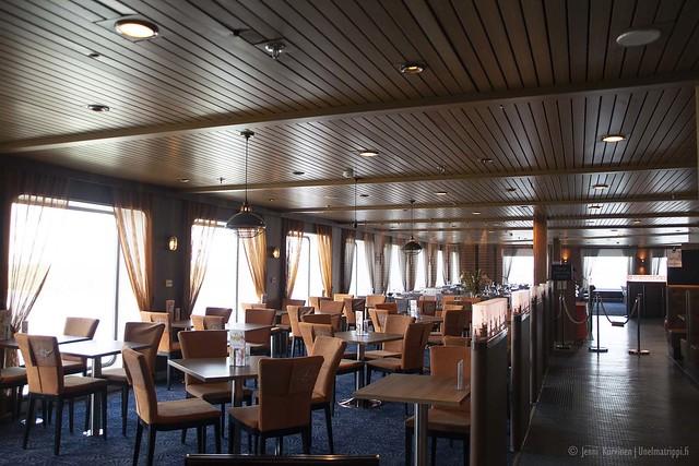 Baaripöytiä laivalla