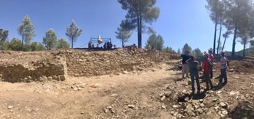 Descobrint l'#excavació del #jaciment del Pujol d'en Figueres o del Cocodril amb el #Castell de #Subirats al fons @TSubirats #Arqueologia #Subirats #CapitaldelsVinya #Penedès - 2-6-19