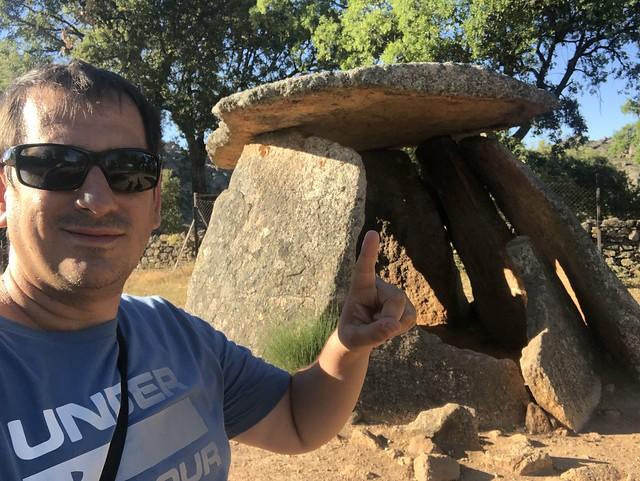 Sele en el dolmen El Mellizo (Tajo Internacional)